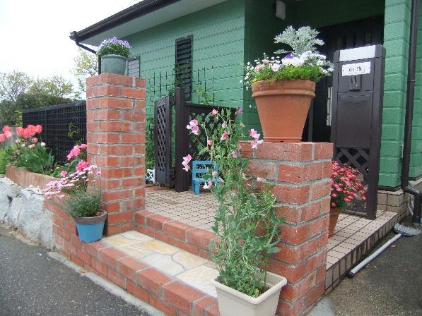 花台と兼ねたレンガ門柱のリガーデン工事