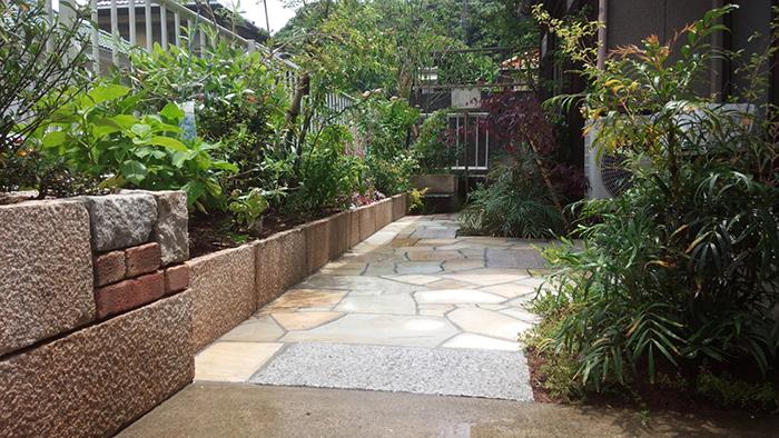 細長いお庭の植栽工事・御影石とレンガ土留め・乱張りアプローチ工事
