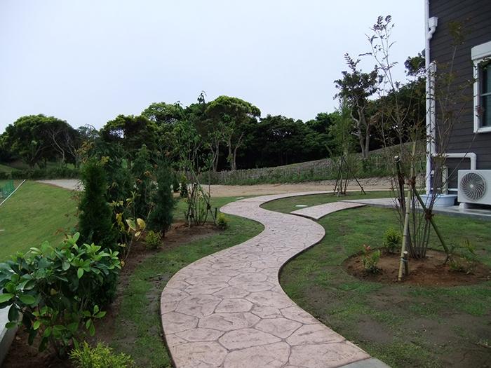 大型区画の植栽・芝張り工事とスタンプコンクリートのアプローチ
