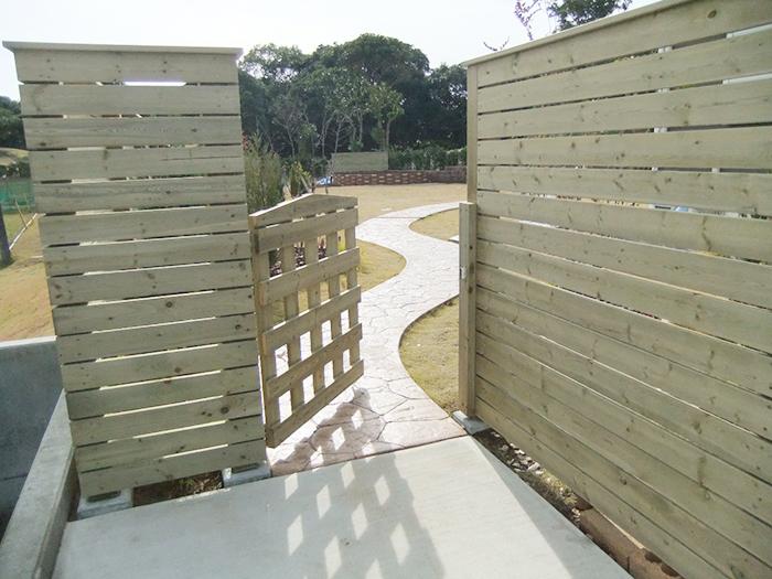 オリジナル木製フェンス・扉・スタンプコンクリートのアプローチ