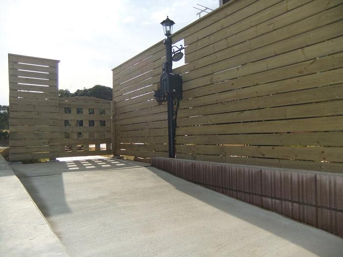 オリジナル木製フェンス・扉・刷毛引き仕上げのスロープ
