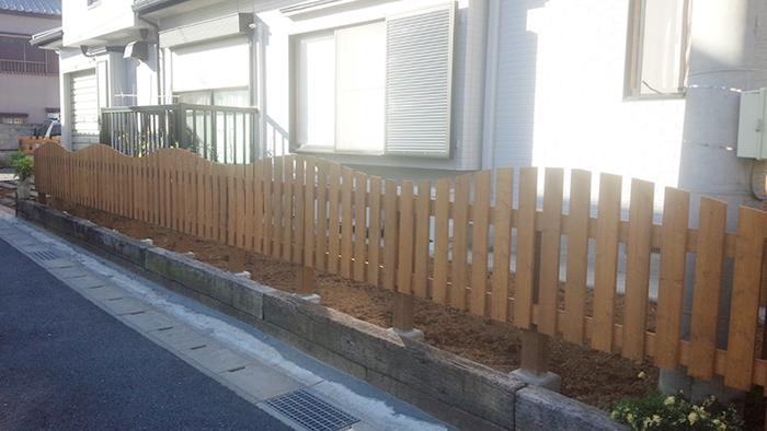 R加工したオリジナル木製フェンス・枕木土留め他